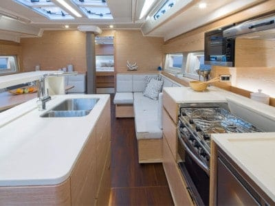 Hanse 588 doorloop keuken met bar